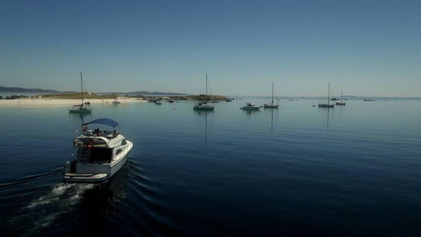 Embarcaciones de recreo sobre un mar en calma